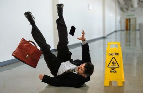 תאונות נפילה/ תאונות מדרכה ובורות בשטחים ציבוריים